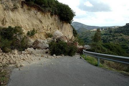 Earthquake of 8.1.2006 – Mitata-Viaradika road blocked