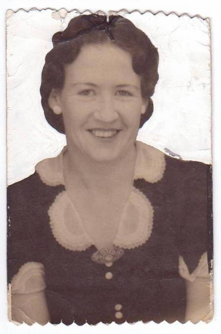 Hazel Comino [palavras] wife of Theo Comino at his picture theatre in Bellingen NSW